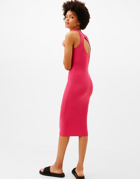 Платье из трикотажа в рубчик с вырезом на спине