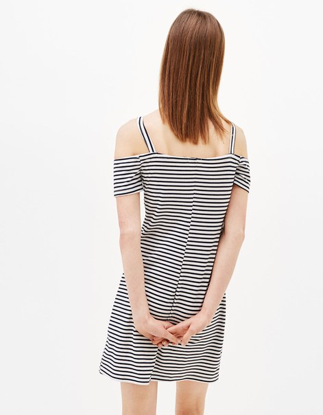 Платье с открытыми плечами на бретелях