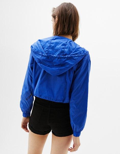 Укороченная куртка из нейлона с капюшоном