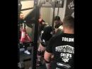Кэйн Ризз приседает 370 кг на 2 раза