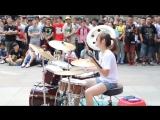 Китаянка круто играет на барабанах!
