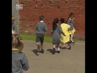 Реакция одноклассников на семилетнюю девочку, пришедшую в школу с новым протезом на ноге