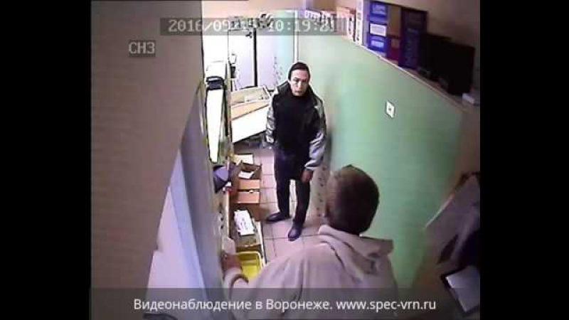 Псих разгромил аптеку и напал на фармацевтов. Жесть в Воронеже!