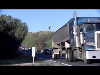 Полиция Калифорнии разыскивает мотоциклиста за опасный прыжок над дорогой