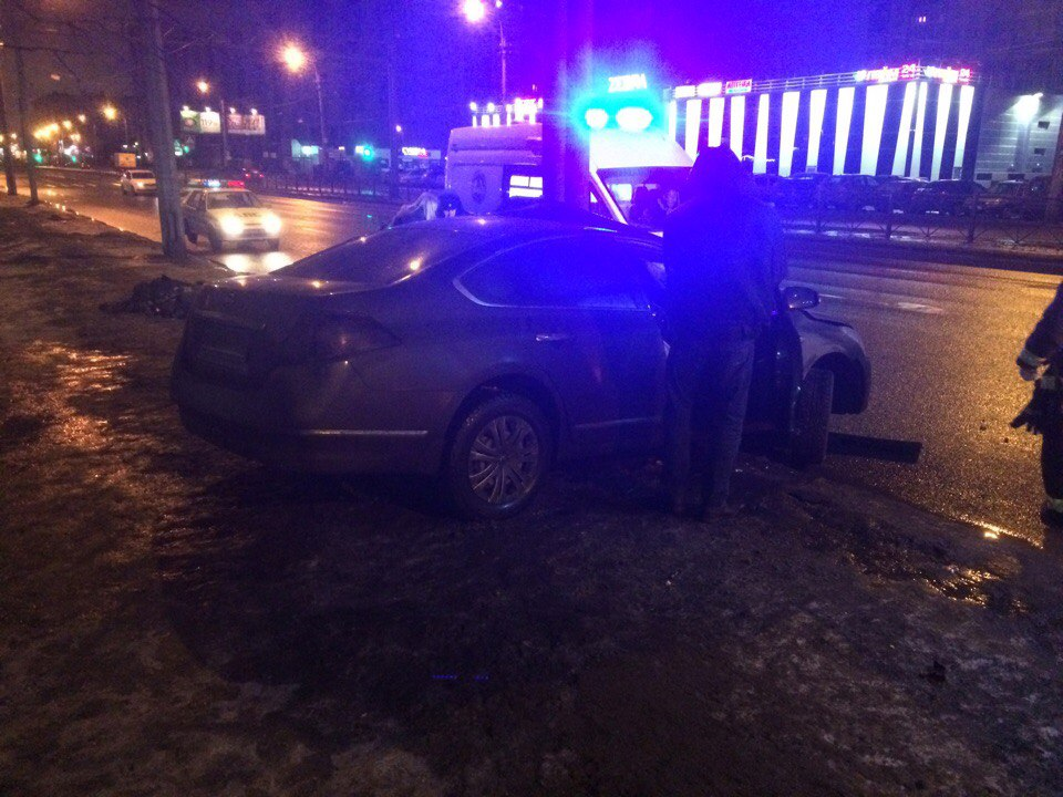 Фото: машина влетела в столб на проспекте Косыгина в Петербурге.