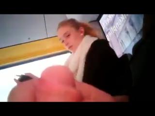 Видео дрочит без палева в автобусе