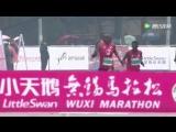 Бегун проигрывает марафон в Китае из-за плохо организации