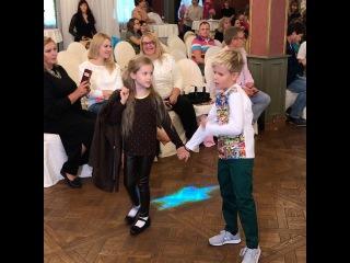 Елена Бушина с трепетом наблюдает за Лаурой и Марком на детском показе мод