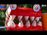Парк Развлечений для детей - Детская площадка и Страшный Батут Маленькая девочк ...
