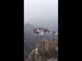 Любопытными китайцами овладел страх на стеклянном мосту