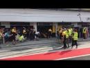 Роберт Кубица самостоятельно заменил баннер над гаражом Renault