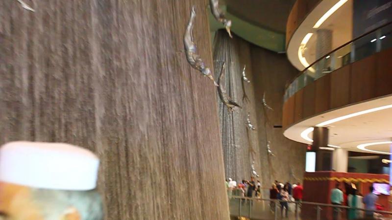 Водопад с ныряльщиками за жемчугом в Дубай Молл
