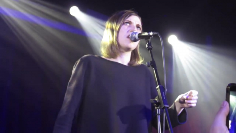 Aldous Harding - Wuthering Heights (Kate Bush) (Hoxton Square Bar and Kitchen, London, 04-04-2016)