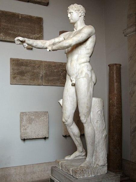 Апоксиомен. Мрамор. Римская копия I в. н. э. с бронзового оригинала Лисиппа ок. 320 г. до н. э.<br>Инв. № 1185.<br>Рим, Ватиканские музеи, Музей Пия—Климента, Кабинет Апоксиомена, 42.