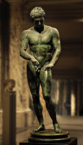 Апоксиомен (атлет, очищающий тело стригилем).<br>Бронза. Римская копия греческого оригинала Поликлета ок. 320 г. до н. э.<br>Инв. № 129.<br>Вена, Музей Эфеса.