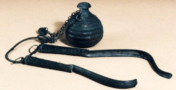 Стригиль, пристегнутый к небольшому сосуду с маслом, который назывался арибаллос.