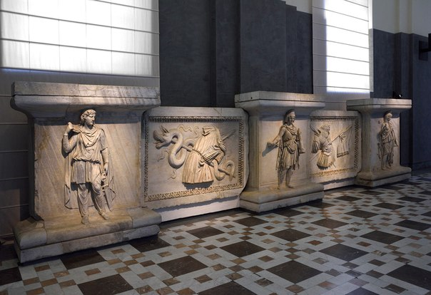Рельефы храма Адриана на Марсовом поле.