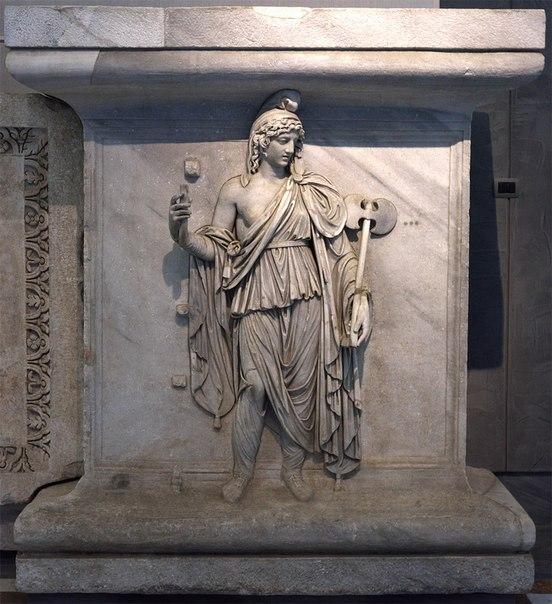Персонификация провинции Фригия. Рельеф храма Адриана на Марсовом поле.<br>Проконесский мрамор.<br>Выс. 2,13 м, шир. 1,90 м, толщ. 0,78 м.<br>138-145 гг. н. э.<br>Инв. № 6763.<br>Неаполь, Национальный археологический музей.