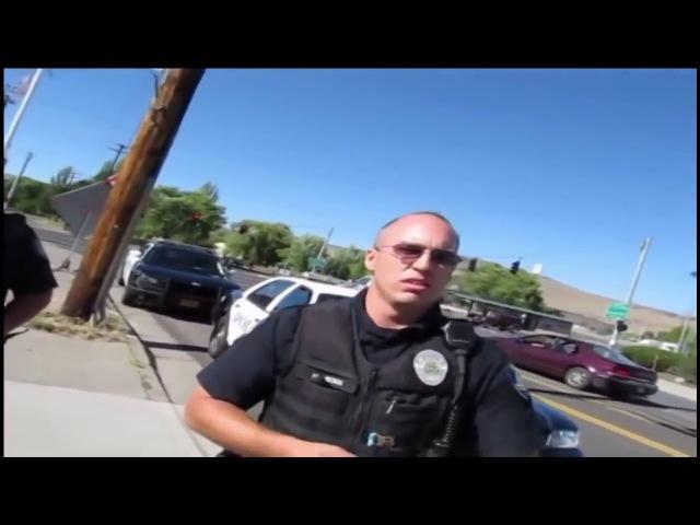 Полиция США беседует с юристом, вооруженным автоматом
