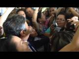 Aécio retorna ao Congresso, canta hino e chora