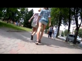 Стройная девушка в мини юбке