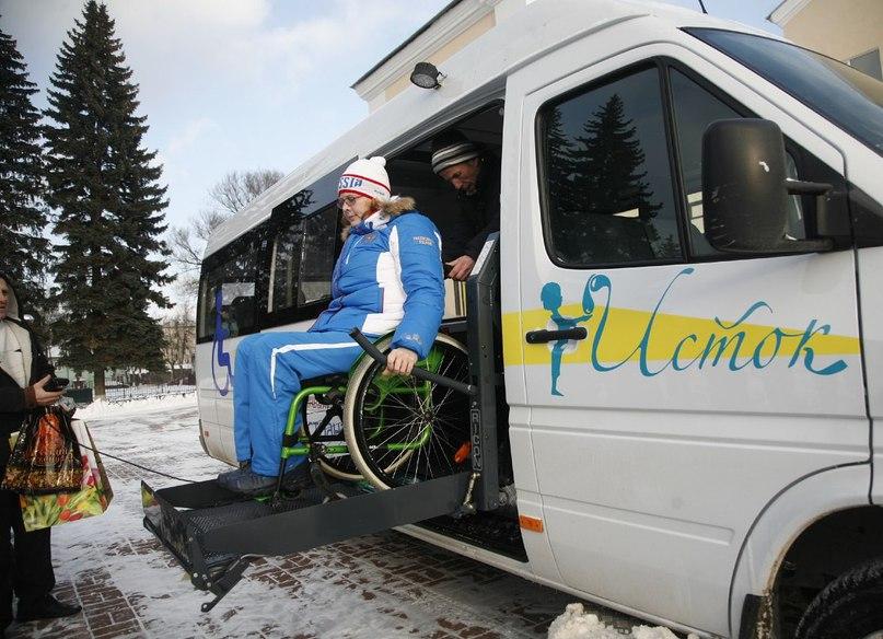 6 декабря при поддержке благотворительного фонда «#Исток» в г. Орехово-Зуево прошла церемония вручения ключей от нового специализированного микроавтобуса для спортивного клуба «Атлант».  Автомобиль, оборудованный специальным подъемником, сможет перевозить до 12  спортсменов, в том числе двух  инвалидов-колясочников. Это уже второй автомобиль, который фонд «Исток» передает в пользование подмосковному клубу инвалидов. «Благотворительный фонд «Исток» три года поддерживает людей с инвалидностью, - прокомментировала событие президент фонда «Исток» Екатерина #Богдасарова. - А помогать тем, кто, несмотря на недуг, ставит перед собой высокие цели и добивается их, приятно вдвойне. Видя, как стремительно развивается паралимпийское движение в России, мы вносим свой вклад в поддержку спортсменов – инвалидов». Клуб «Атлант» работает в Орехово-Зуевском районе с 2005 года. За это время сотни людей с ограниченными возможностями здоровья смогли освоить разные виды спорта, прошли социальную реабилитацию и главное - поверили в себя. В десяти секциях клуба мужчины и женщины разных возрастов занимаются стрельбой, гиревым спортом и армреслингом, легкой и тяжелой атлетикой, играют в настольный теннис и бильярд, шашки и шахматы. Люди с ограниченными возможностями, занимающиеся в клубе, часто становятся профессиональными спортсменами. Например, в 2014 году Михаил Иванов получил серебро по следж-хоккею Паралимпиады-2014 в Сочи. В 2015 году спортсменка клуба Мария Варламова стала призером Кубка России по академической гребле среди лиц с поражениями опорно-двигательного аппарата. Благодаря помощи фонда «Исток», спортсмены-инвалиды смогут отправляться на спортивные мероприятия на собственном комфортабельном микроавтобусе. #нашеподмосковье #благотворительность #спорт #фондисток
