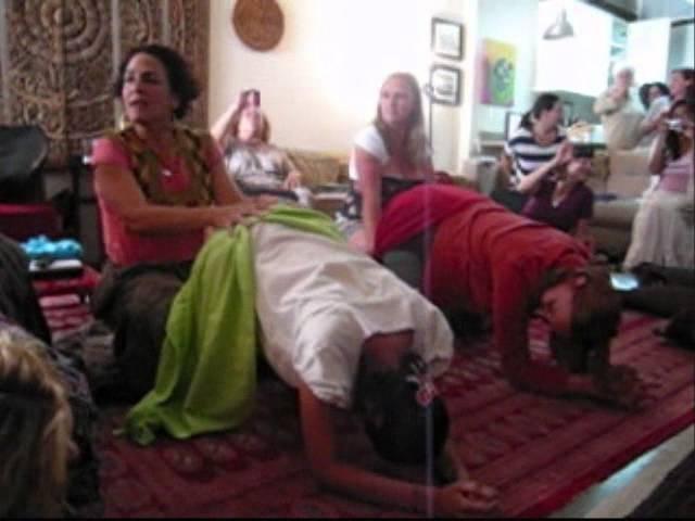 Мексиканская техника Ребозо во время беременности и родов. Rebozo Demo with Midwife, Naoli Vinaver Lopez - Moving Sexual Energy!