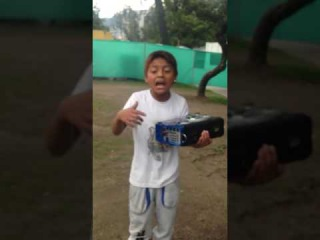 😱Pequeño RAPERO se gana la vida cantando en la calle | NIÑO RAPERO