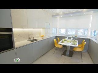 Теплая и уютная белая кухня с яркими акцентами и ромбовидным рисунком на потолке