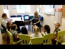 малыши-супергерои слушают рассказ Каролины о Чехии