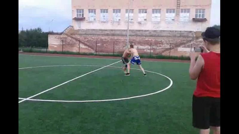 схватки сумо ,в кругу футбольного поля,заступил за круг первым проиграл,коснулся чем то поверхности первым кроме стоп проиграл!