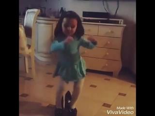 смешной ребенок танцует