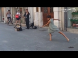 Стеснительная балерина не удержалась и станцевала для уличного музыканта
