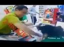 Мужчина жестоко избил продавщицу в Таразе Полицейские изучают видео
