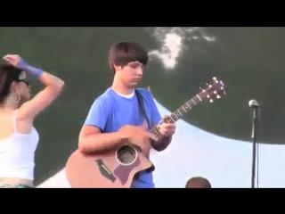 Круто играет на гитаре