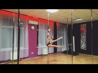 Виктория Вишневская трюкачит ROYAL Pole Dance