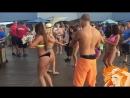 Очаровательные девушки классно танцуют на пляже!