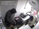 В Казахстане двое мужчин ограбили банк, проникнув в него через потолок