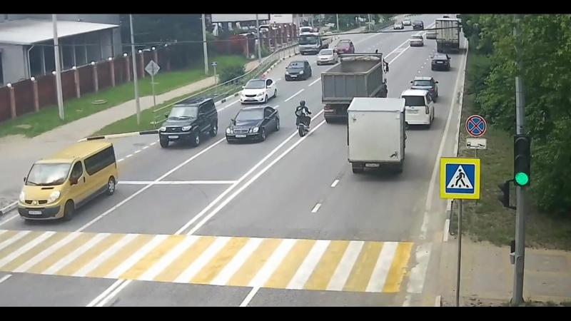 Автомобиль ВАЗ разворачиваясь через двойную сплошную, подрезал и допустил столкновение с мотоциклом. Мотоциклиста не спасли!