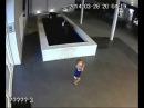 Ребенок 3 лет тонет в фонтане, а мамы рядом нет (УЖАС)