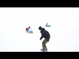 Димка с Юлькой на ватрушках,а за ними Влад на сноуборде