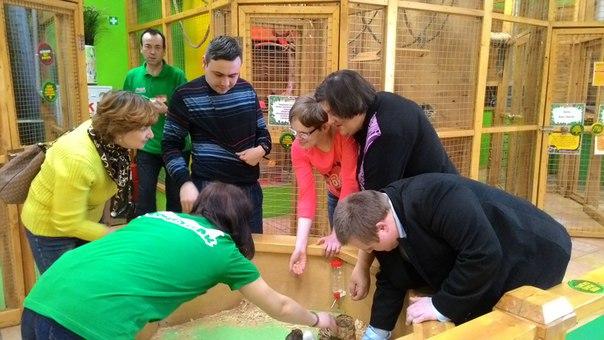 Молодые люди с нарушениями развития посетили «Ручной зоопарк» в ТЦ «Цум»