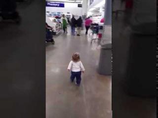 Прогуливаясь по магазину, эта девочка подарила всем окружающим море позитива!