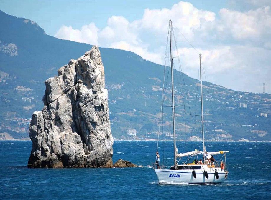 Шторм выкинул яхту на мель в Крыму