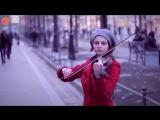 Уличный музыкант очень красиво играет на скрипке