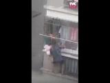 Мужчина, рискуя своей жизнью, спас девочку от смерти ...