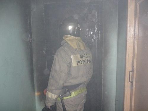 В Мурманске из горящей коммунальной квартиры спасли человека