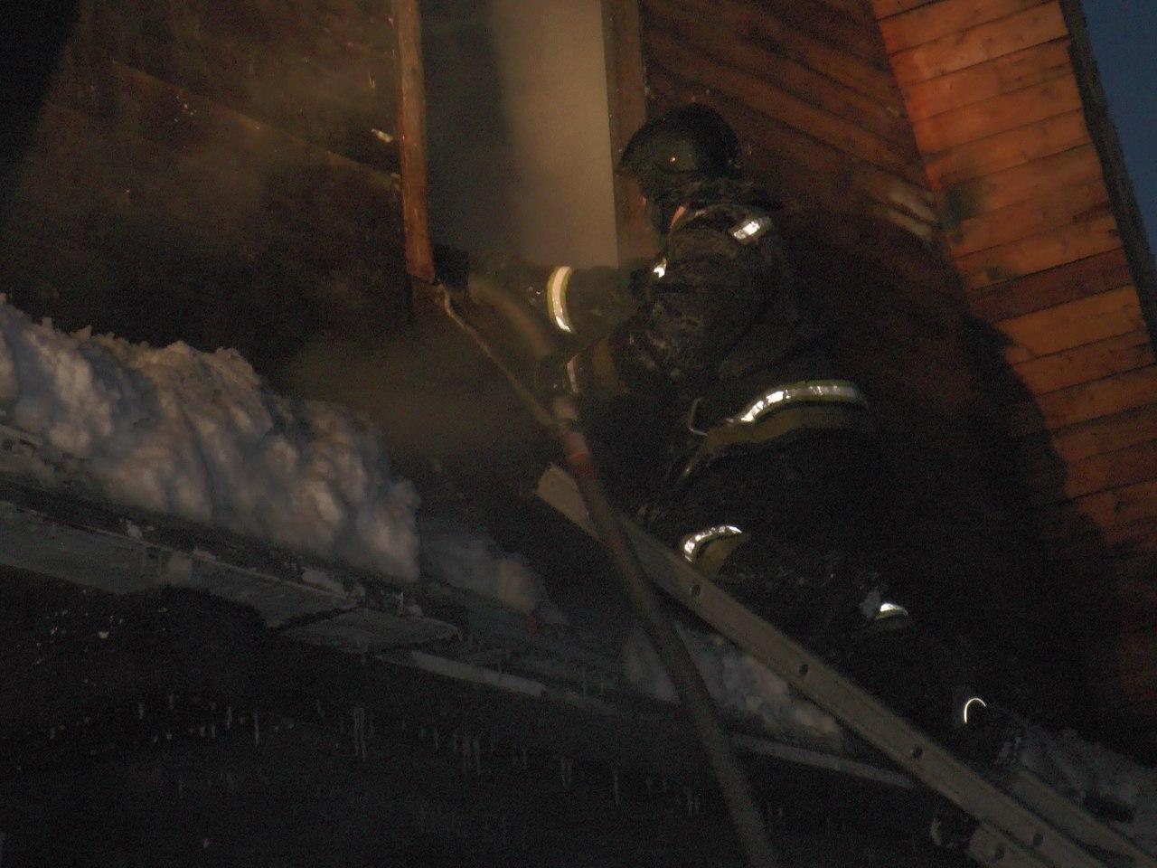 Ночью под Кировском тушили пожар в дачном поселке
