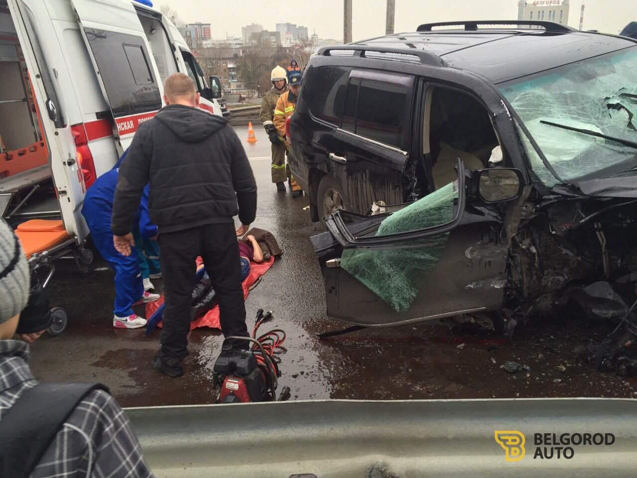 В Белгороде «Ленд Крузер» врезался в ограждение моста
