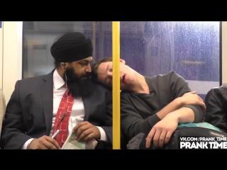 Уснул в метро ПРАНК